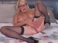Femme mature blonde Bianca passe à la masturbation