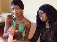 Deux filles noires caressent une grosse bite