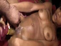 Chaude mûlatresse et une scène de masturbation