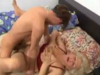 Un jeune baise sa mamie mature