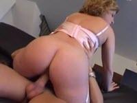 Une mère vicieuse fait suce la bite de son fils