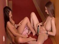 Deux lesbiennes avec jambes et pieds couverts de collants
